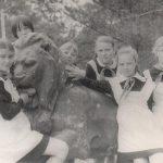 В парке со львом,любимцем горожан  1974